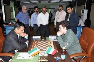 Echecs à New Delhi : Fabiano Caruana (2714) 1-0 Krishnan Sasikiran (2676) - ronde 2 © site officiel