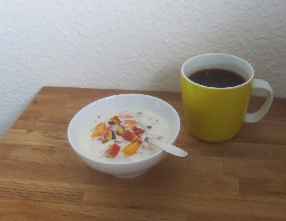(Soja-)Joghurt mit Obst und Crunch - veganes Frühstück