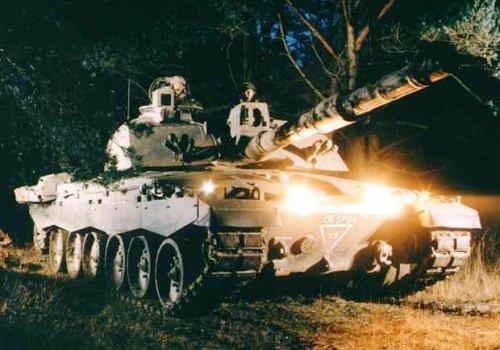 Challenger 2 saat latihan malam