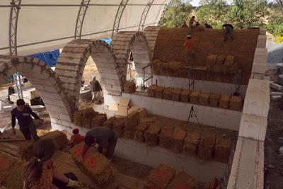 Bau der 5 lasttragenden stroballentonnen in wangelin straw bale