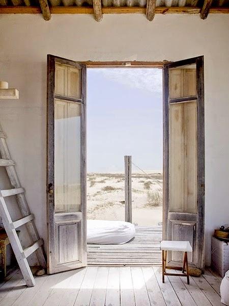 Dom na plaży z widokiem na morze