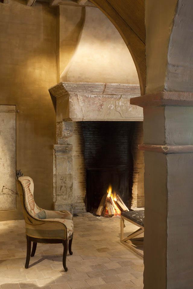 butaca junto chimenea rustica -large fireplace