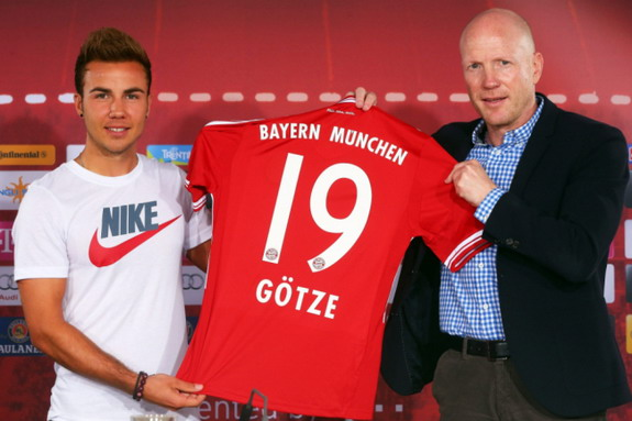 New Bayern Munich signing Mario Götze poses with sporting director Matthias Sammer