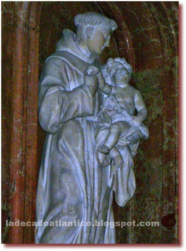 Imagem da estatua em mármore de Santo Antonio de Lisboa e o Menino Jesus na Catedral de Granada, Espanha