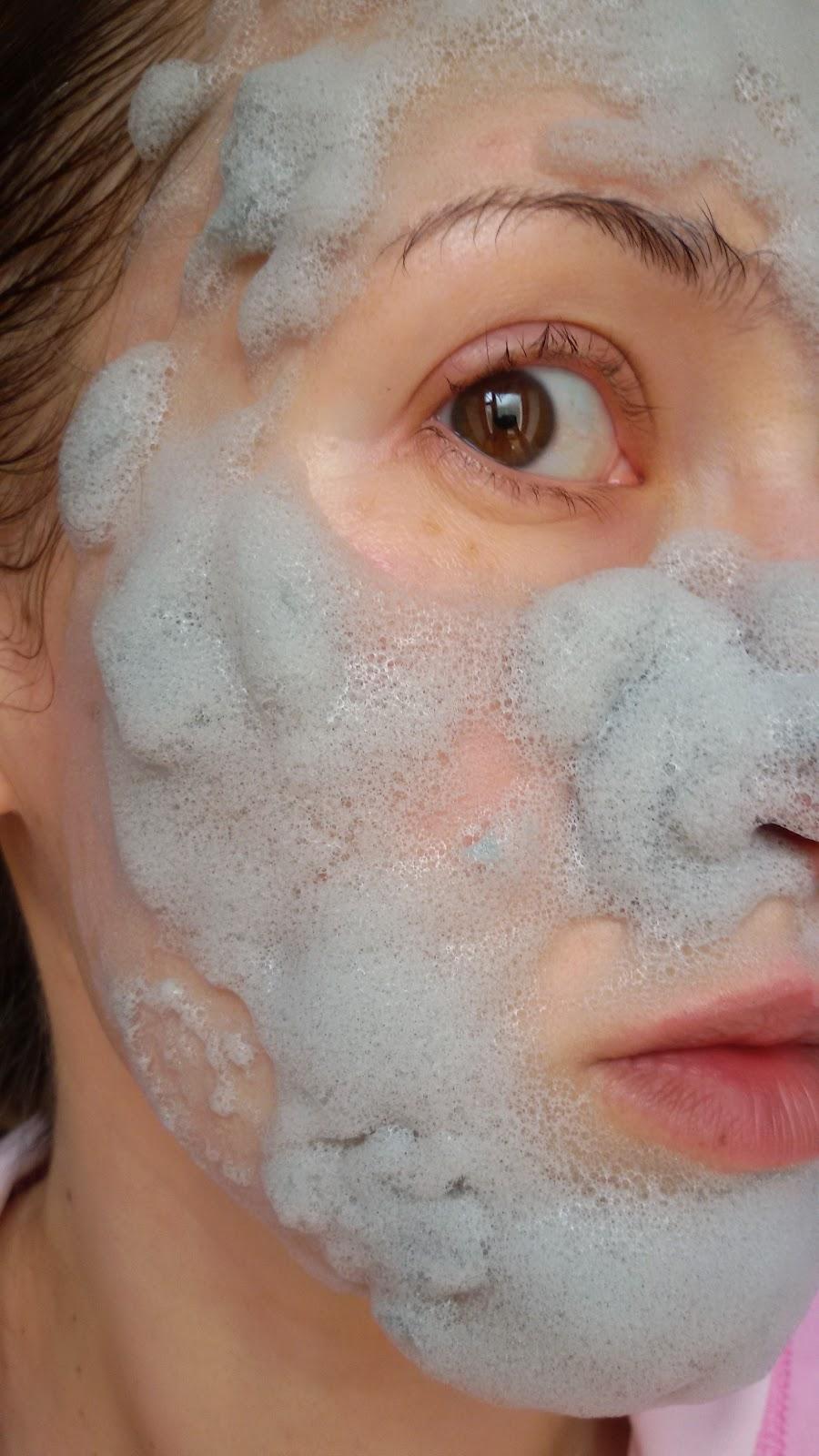 Нанесение маски на кожу лица Elizavecca Milky Piggy Carbonated Bubble Clay Mask