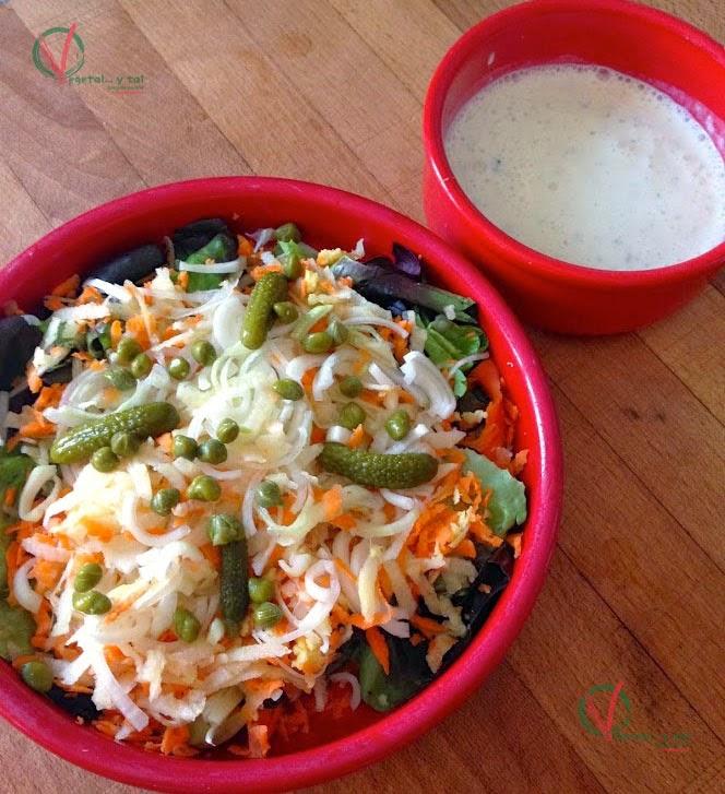 Ensalada de manzana y zanahoria con salsa de yogur