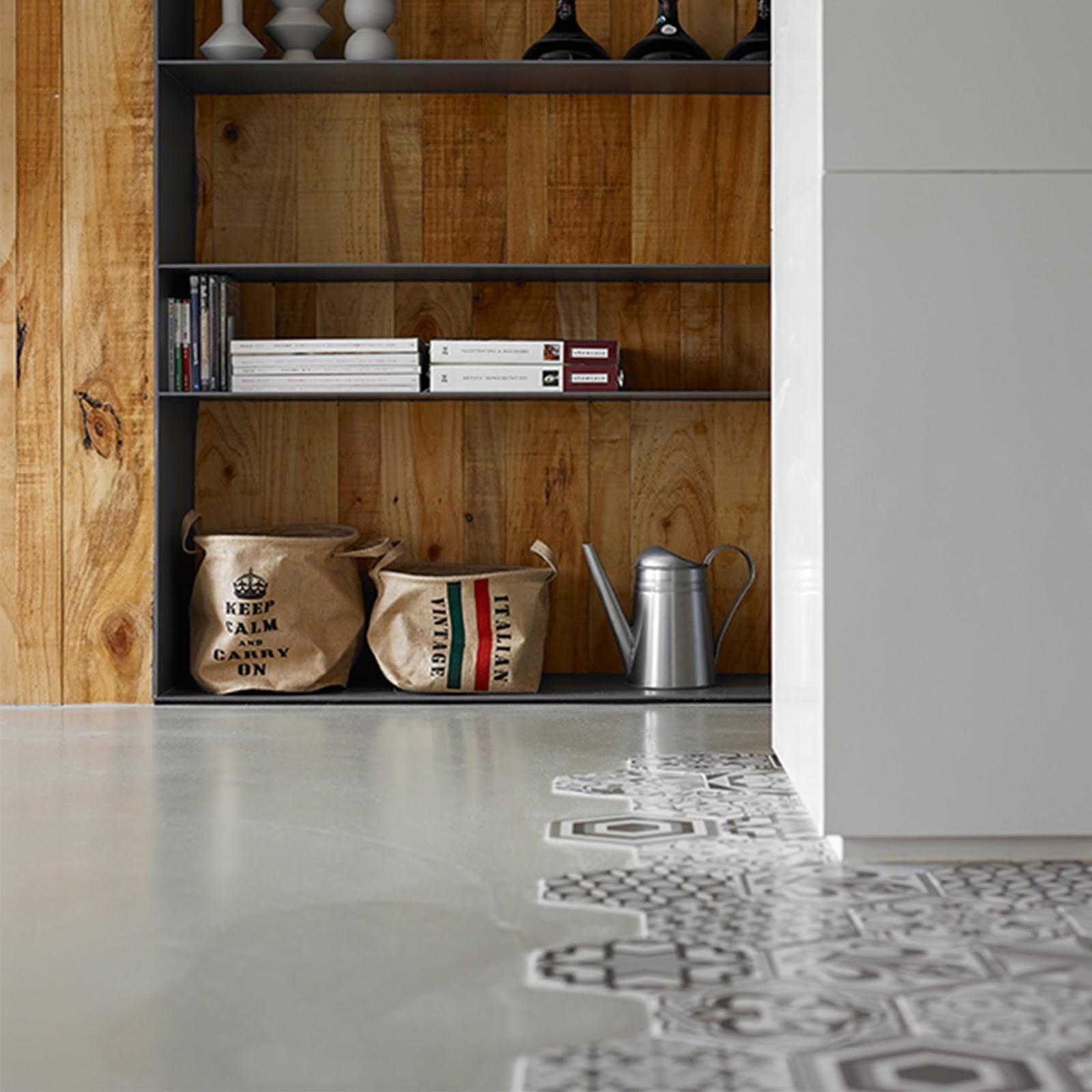 Casa con piastrelle esagonali e pannelli in legno di cedro for Cabine laterali in legno di cedro