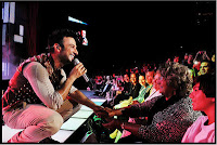 Tarkan introduces his mother to the Harbiye audience, September 7, 2010, photography by Sedat Mehder