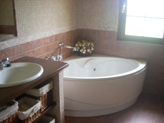 Muebles De Baño Asturias:mueble del lavabo de obra y encimera de madera cuenta con una bañera