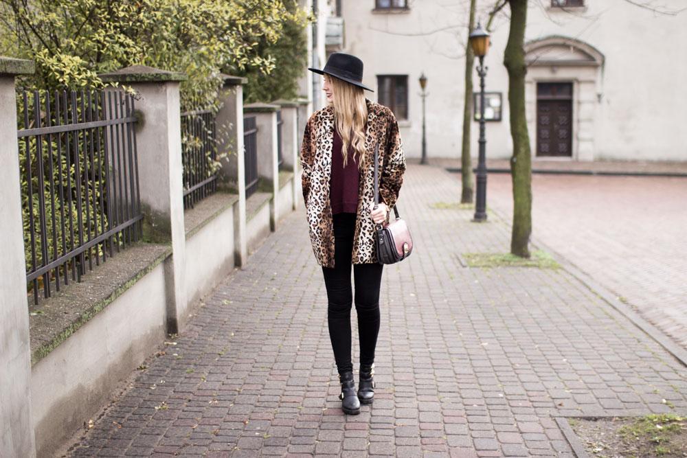 Płaszcz w panterkę, botki cut out z wycięciami, burgundowy sweterek, torebka, czarne spodnie, kapelusz fedora, złoty zegarek. Blog modowy, lifestylowy, urodowy, kosmetyczny.