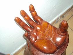mano mesa de centro tallada de un tronco