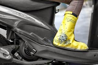 Melindungi Sepatu dari Cipratan Air Hujan-Jas Sepatu Funcover