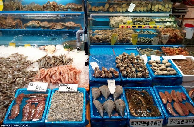 Marisco coreano fresco a la venta en el mercado Noryangjin