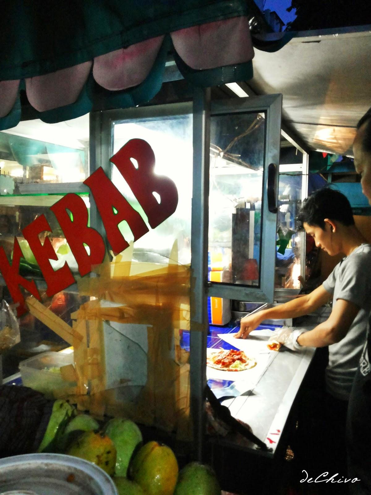 Membuat Kebab Untuk Pembeli