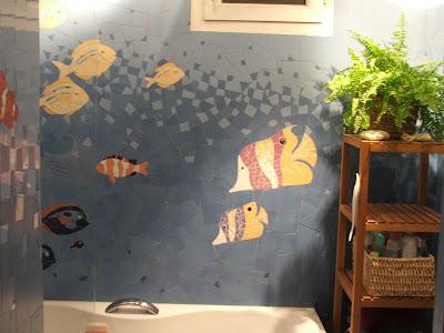 Création d'une mosaïque murale artisanale sur commande représentant les fonds marins dans une salle de bains par mosaiste severine peugniez