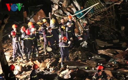 Lực lượng cứu hỏa nhanh chóng có mặt tại hiện trường để thực hiện công tác cứu hộ
