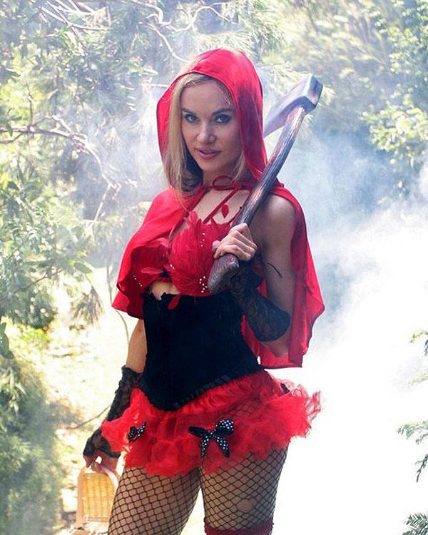 Сексопильная Красная Шапочка в лесу