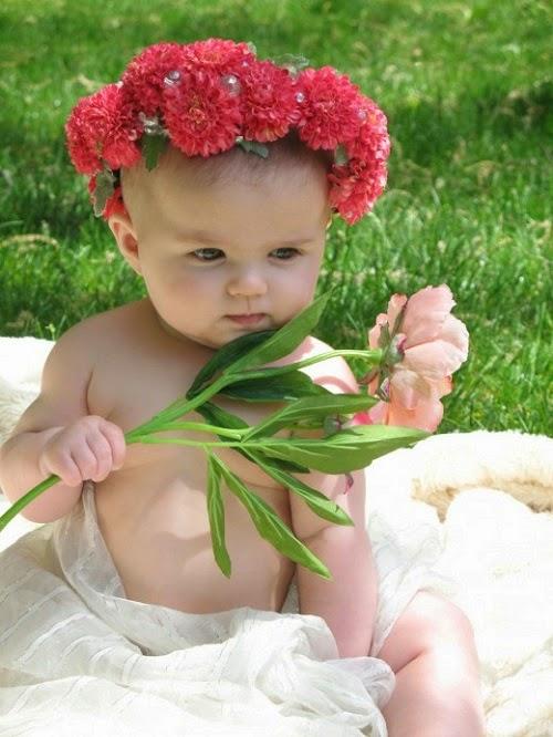 Photo jolie bébé du monde dans le jardin