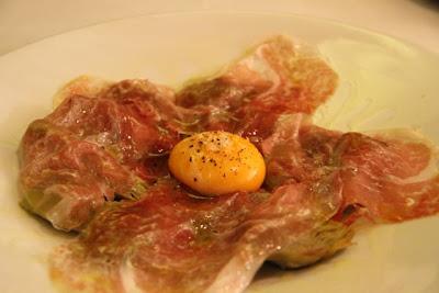 MQ Gastrobar. Alcachofas con jamón y huevo. Blog Esteban Capdevila