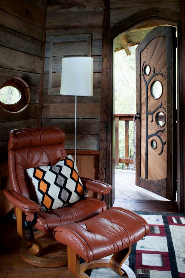 puerta entrada de madera con decoraciones de hierro forjado