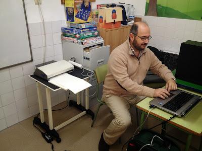 El tiflo instalando los drivers en el ordenador para la impresora braille.