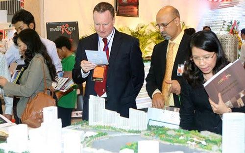 Khách nước ngoài đang xem dự án bất động sản ở Việt Nam