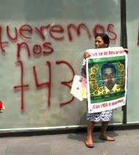 Familiares de los 43 estudiantes desaparecidos de la Escuela Normal Rural Raúl Isidro Burgos