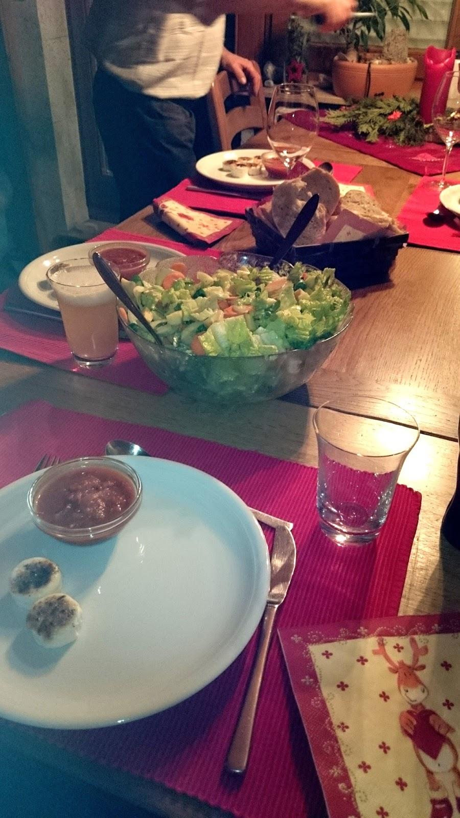 Karamellisierter Ziegenkäse mit Tomaten-Kompott und fruchtigem Salat