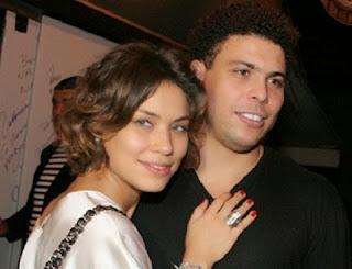 Bia Antony foi a mulher que ficou mais tempo ao lado de Ronaldo, em um relacionamento que durou quase sete anos e terminou em 2012 .  Da união dois dois, nasceram as duas filhas do Fenômeno, Maria Sofia e Maria Alice, hoje com seis e cinco anos, respectivamente