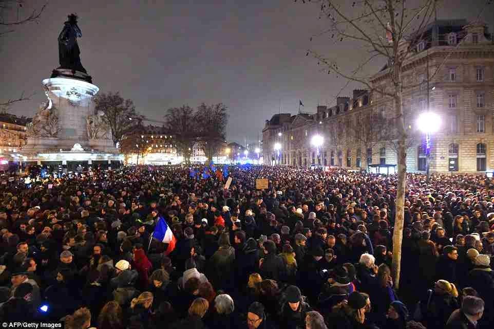 """Η Ευρώπη διαδηλώνει για τους μακελάρηδες Ισλαμιστές και το Charlie Hebdo. Κάποιοι πολιτικοί θλιβερή μειοψηφία και στα μουγκά πέρασαν εύκολα από το """"είμαστε όλοι πακιστανοί"""" στο """"είμαστε όλοι Σαρλί"""""""