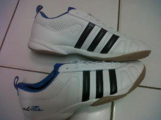 Sepatu futsal adidas adipure