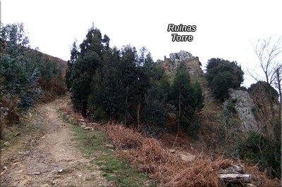 La pista nos lleva a las ruinas de la torre