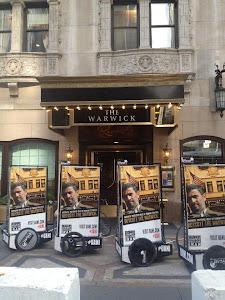 تبلیغات علیه سفر احمدی نژاد در نیویورک, مقابل هتلی که احمدینژاد در آن است