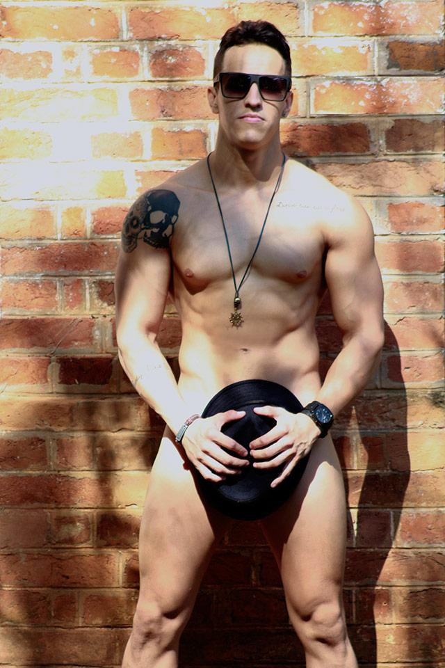 Sem roupa, Renato Alves posa para ensaio sensual e mostra o corpo sarado. Foto: Rick Dias