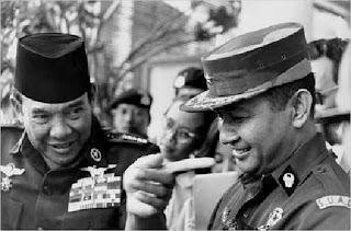 Bung Karno di bawah todongan Jendral...???