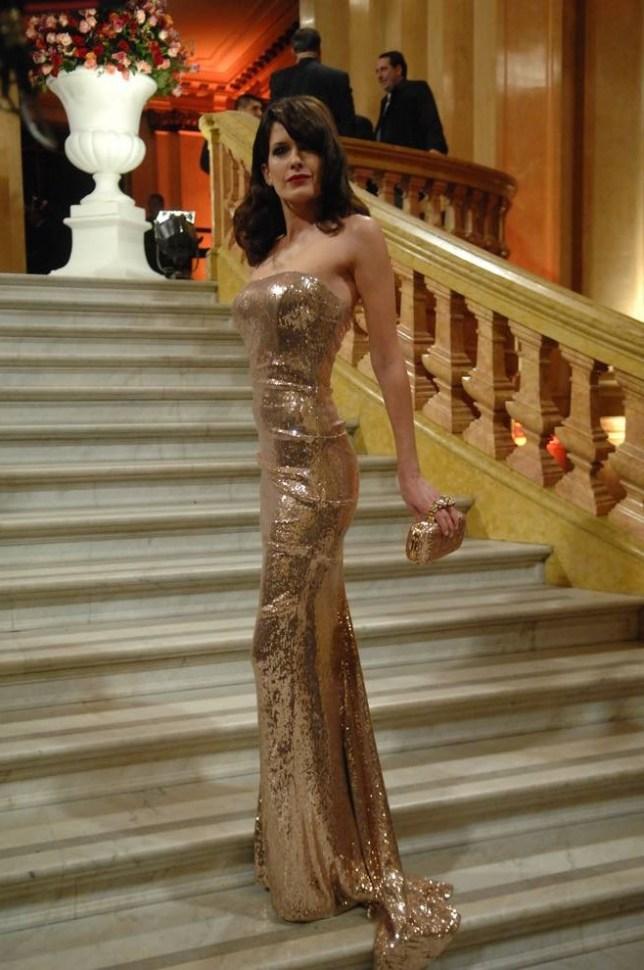 isabel macedo con vestido strapless de lamé en color dorado de la