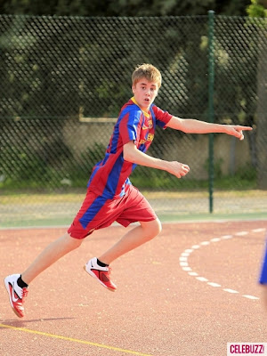 justin bieber playing soccer with barcelona. Dance apr justin bieber having