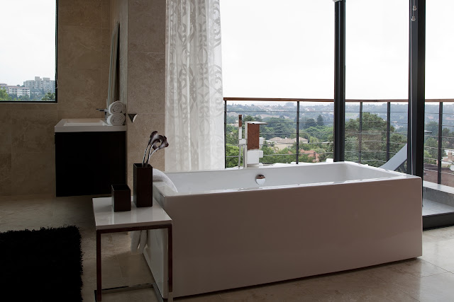 Picture of white bathtub in the Lam House bathroom