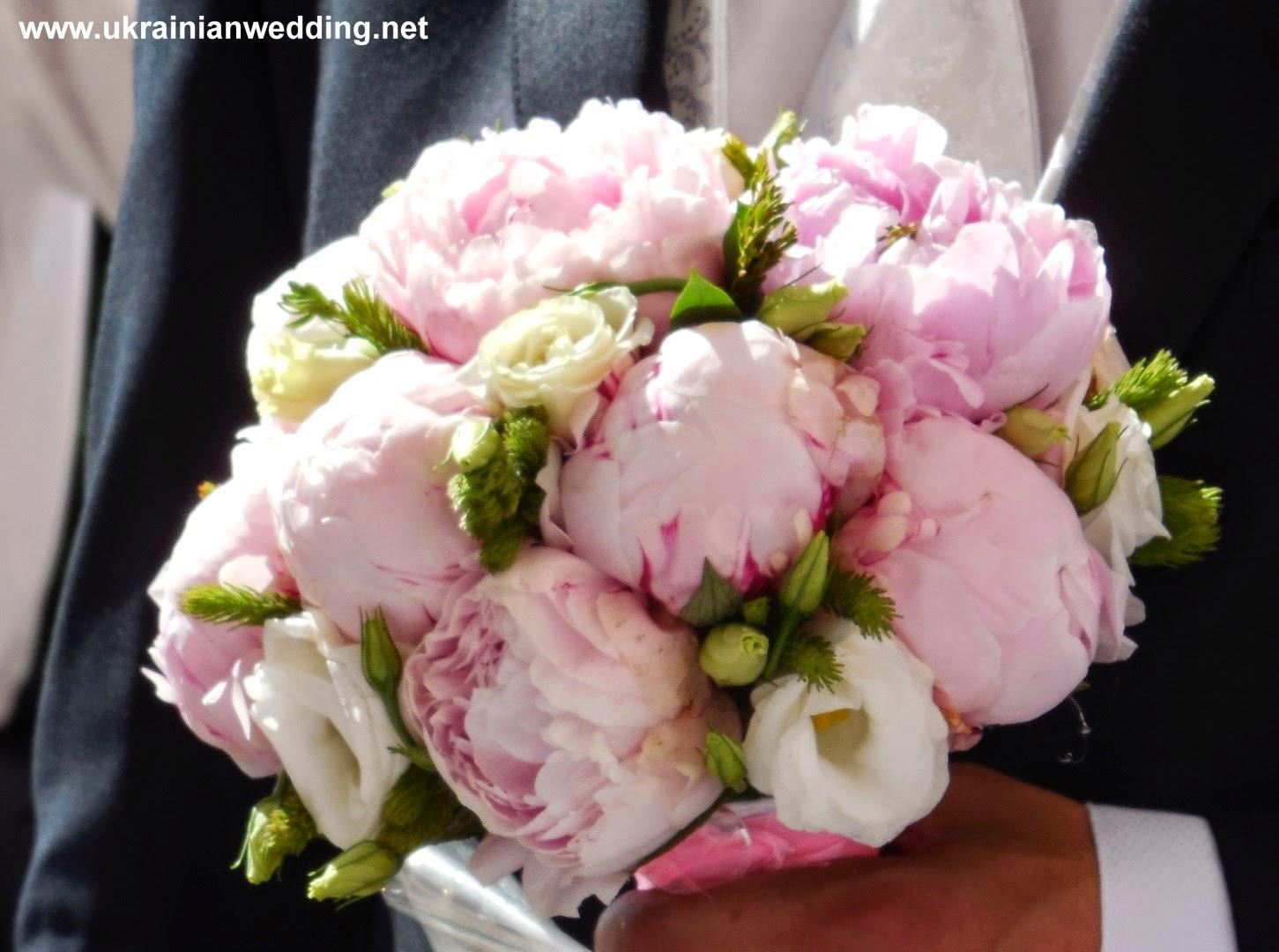 Букет нареченої, півонії і троянди