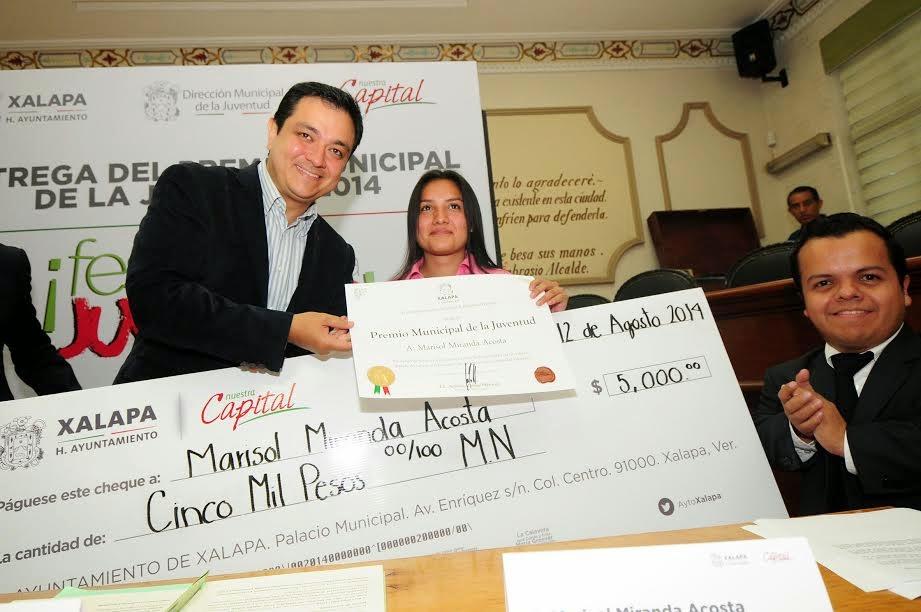 Entrega Américo Zúñiga Premio Municipal de la Juventud a Rosa Viñas y a Marisol Miranda