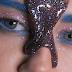 Η Miley Cyrus στο νέο της video γεμίζει με glitter και ότι άλλο μπορείς να φανταστείς...