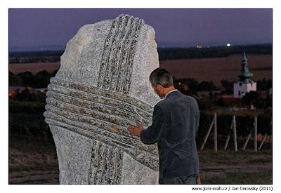 Stanislav Rudolfský z Vinných sklepů Kutná Hora zkoumá skulpturu mezi vinicemi. Víte kde?