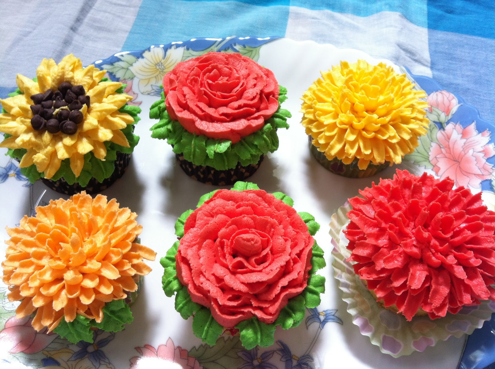 Flower cupcakes....vanilla cupcakes with vanilla buttercream.