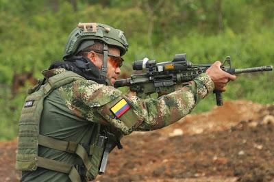 Uno de los comandos colombianos participando de las exigentes pruebas a las cuales fueron sometidos en Fuerzas Comando 2015.