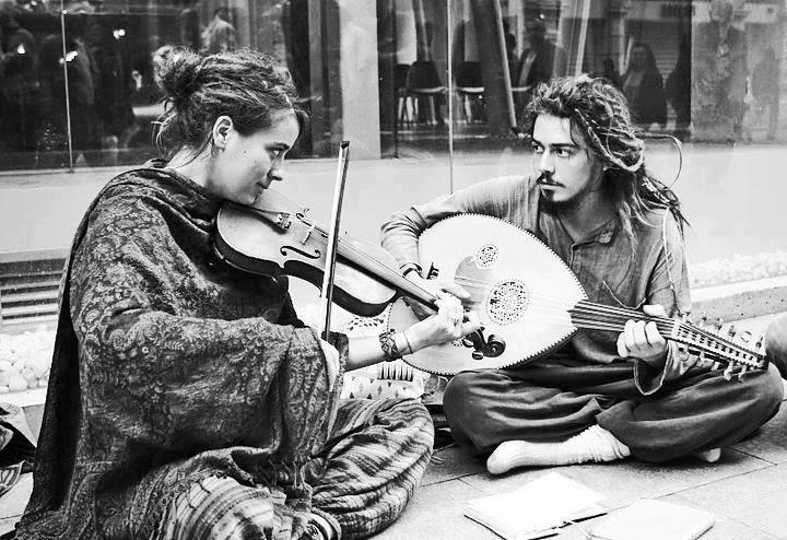 حديث العيون والموسيقى أقرب إلى القلب