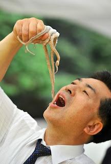 في كوريا يأكلون الاخطبوط حيا في تقليد سنوي ....صور