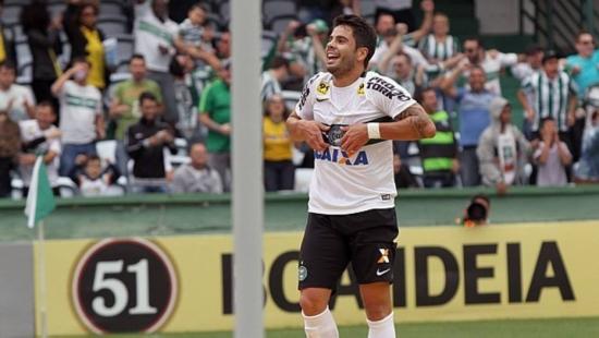 Em quatro jogos com a camisa do Coritiba, Henrique Almeida já tem três gols