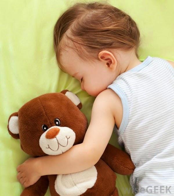 Bébé mignon qui dort avec doudou
