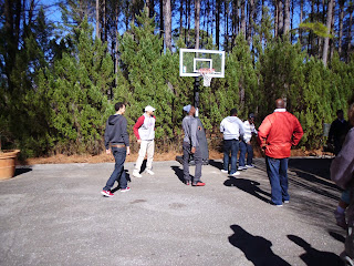 Alabama recruits play a little hoop at Saban's lake house during their official visit