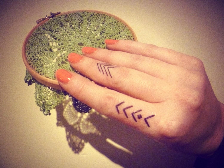 chica con los dedos tatuados 21
